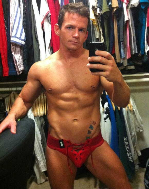 """Twitter Porn: Hot """"Self"""" Pictures of Gay Porn Star Cavin Knight"""