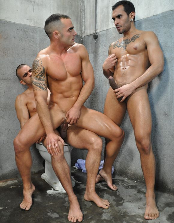 Polla_Gorda_69 DAMIEN-CROSSE-and-LUCIO-SAINTS-Fuck-ADRIAN-TOLEDO-The-Bathroom-Kink