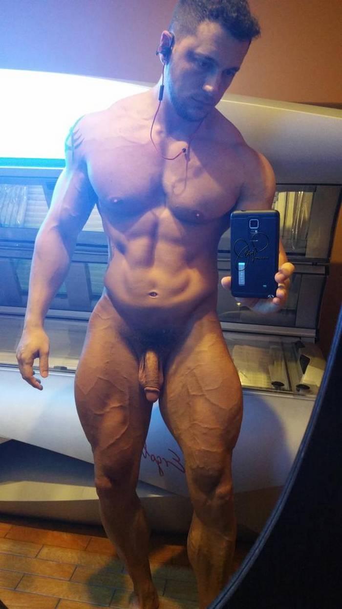 muscle man nude selfie