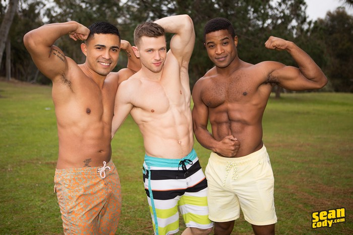 Sexy muscle gays have a suck n fuck fest