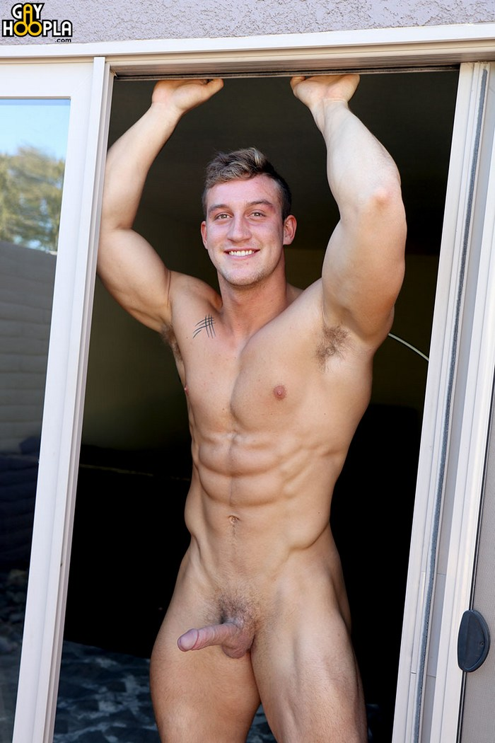 Muscly pornstar sucks jocks dick